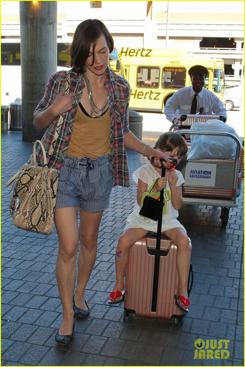 milla jovovich wheels ever through the airport 132709735