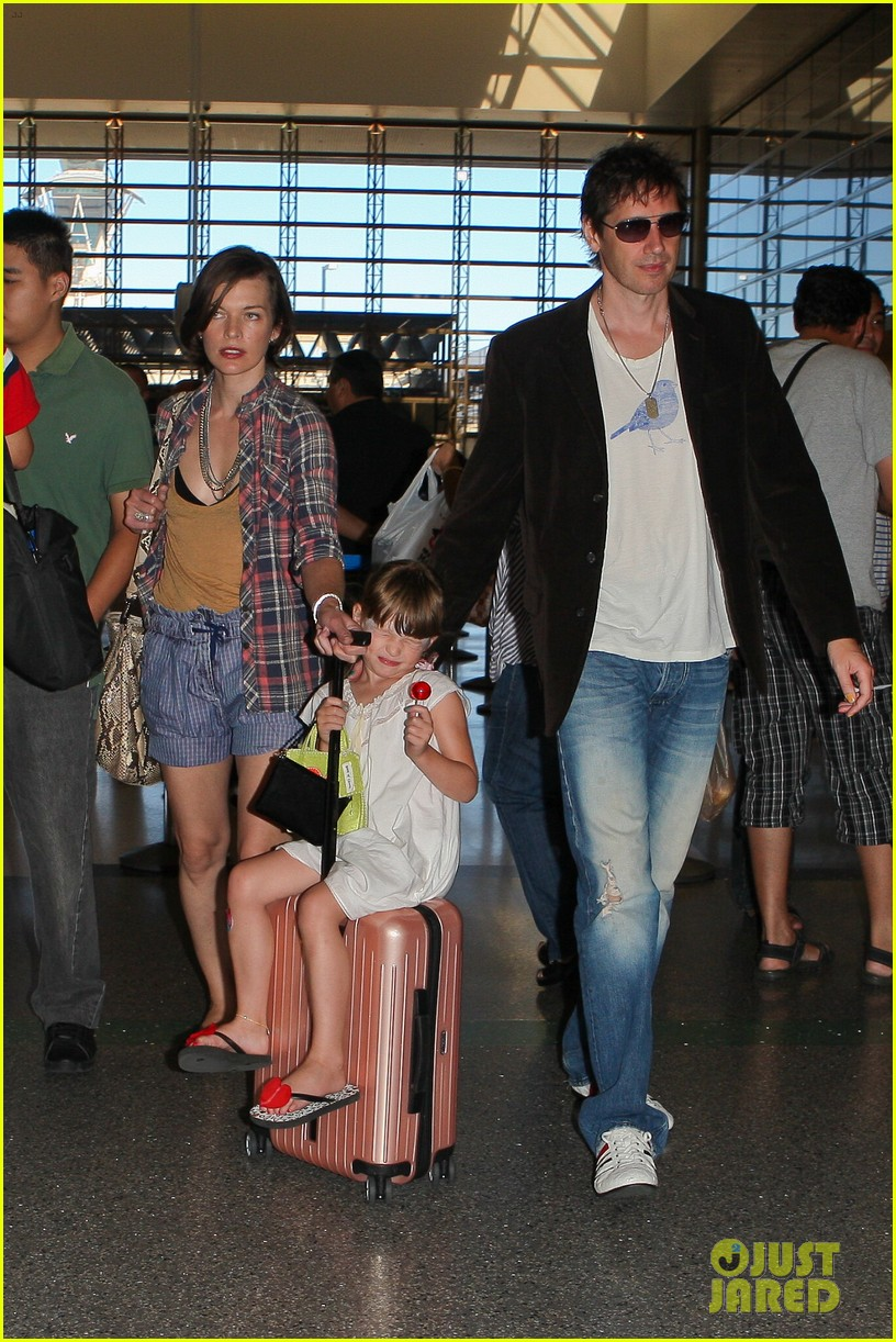 milla jovovich wheels ever through the airport 142709736