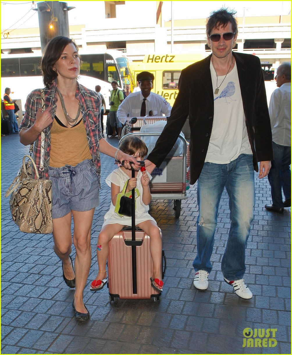 milla jovovich wheels ever through the airport 152709737