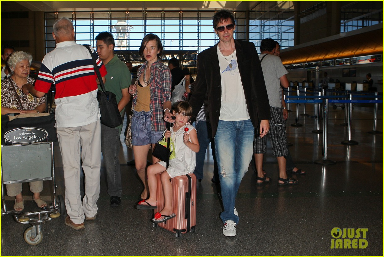 milla jovovich wheels ever through the airport 172709739