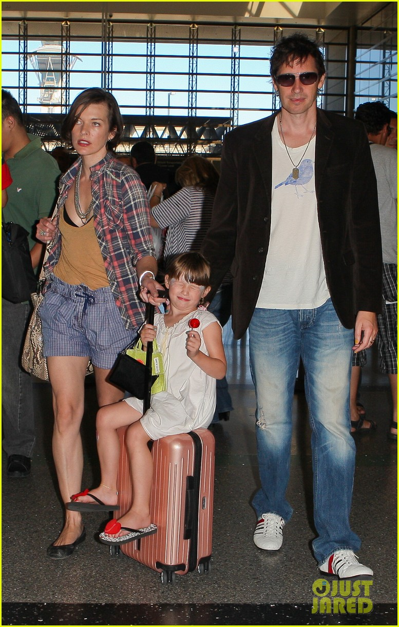 milla jovovich wheels ever through the airport 182709740
