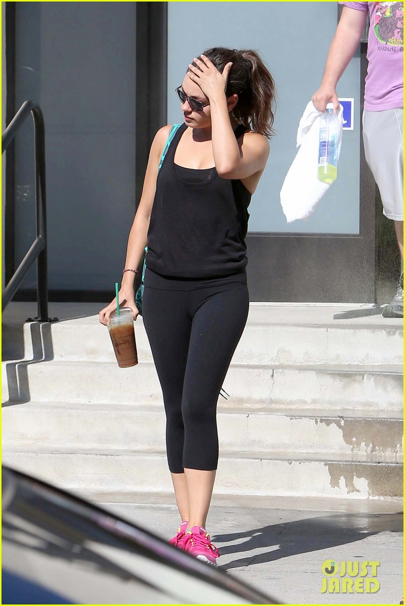 mila kunis bares belly after workout 15