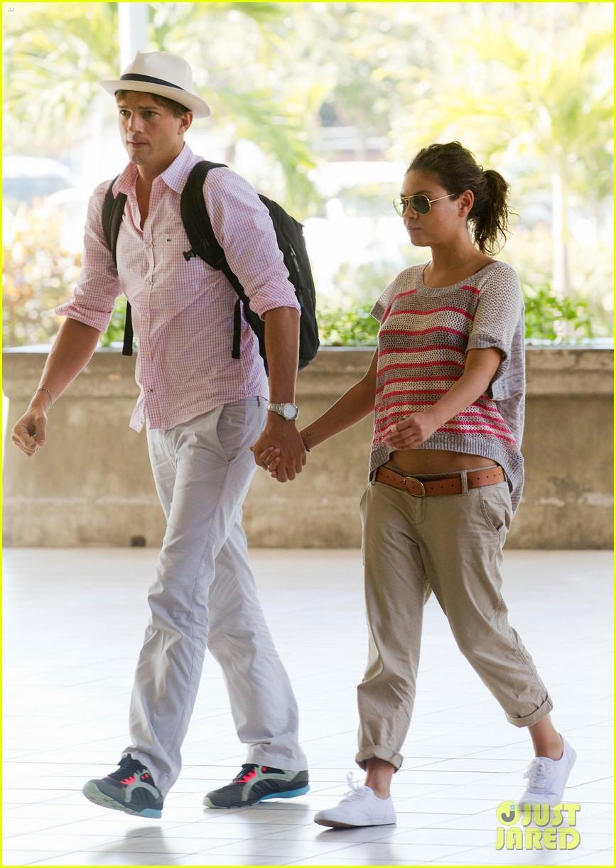 ashton kutcher mila kunis holding hands in bali 03