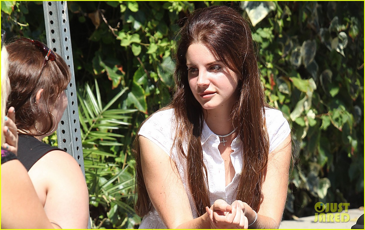 lana del rey chats outside chateau marmont 032707288