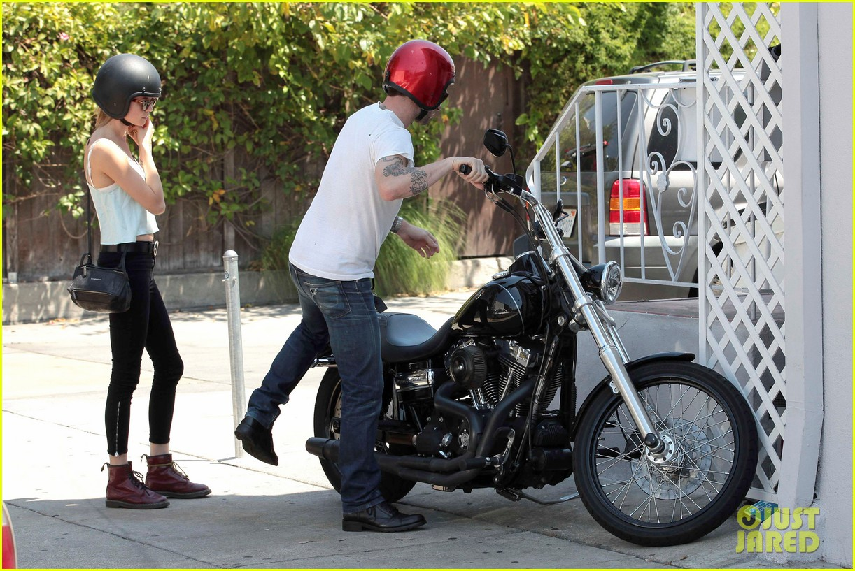 adam levine behati prinsloo mustard seed cafe couple 052698291