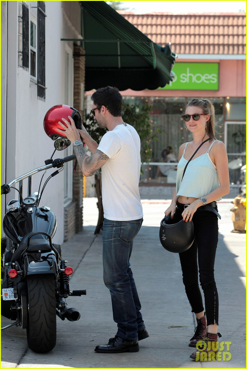 adam levine behati prinsloo mustard seed cafe couple 072698293