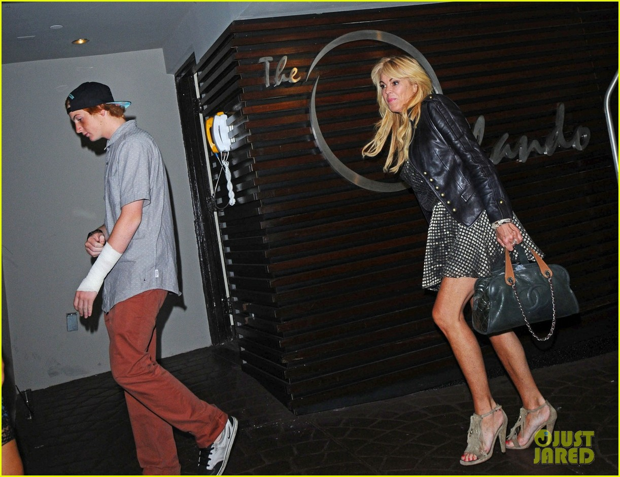 lindsay lohan canyons wrap party with mom cody 042702543