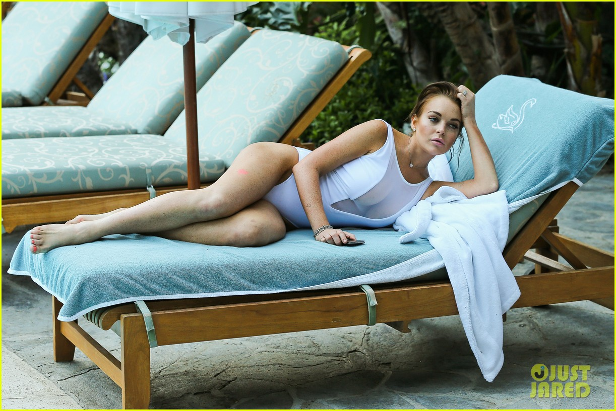 lindsay lohan poolside break in hollywood 042697841