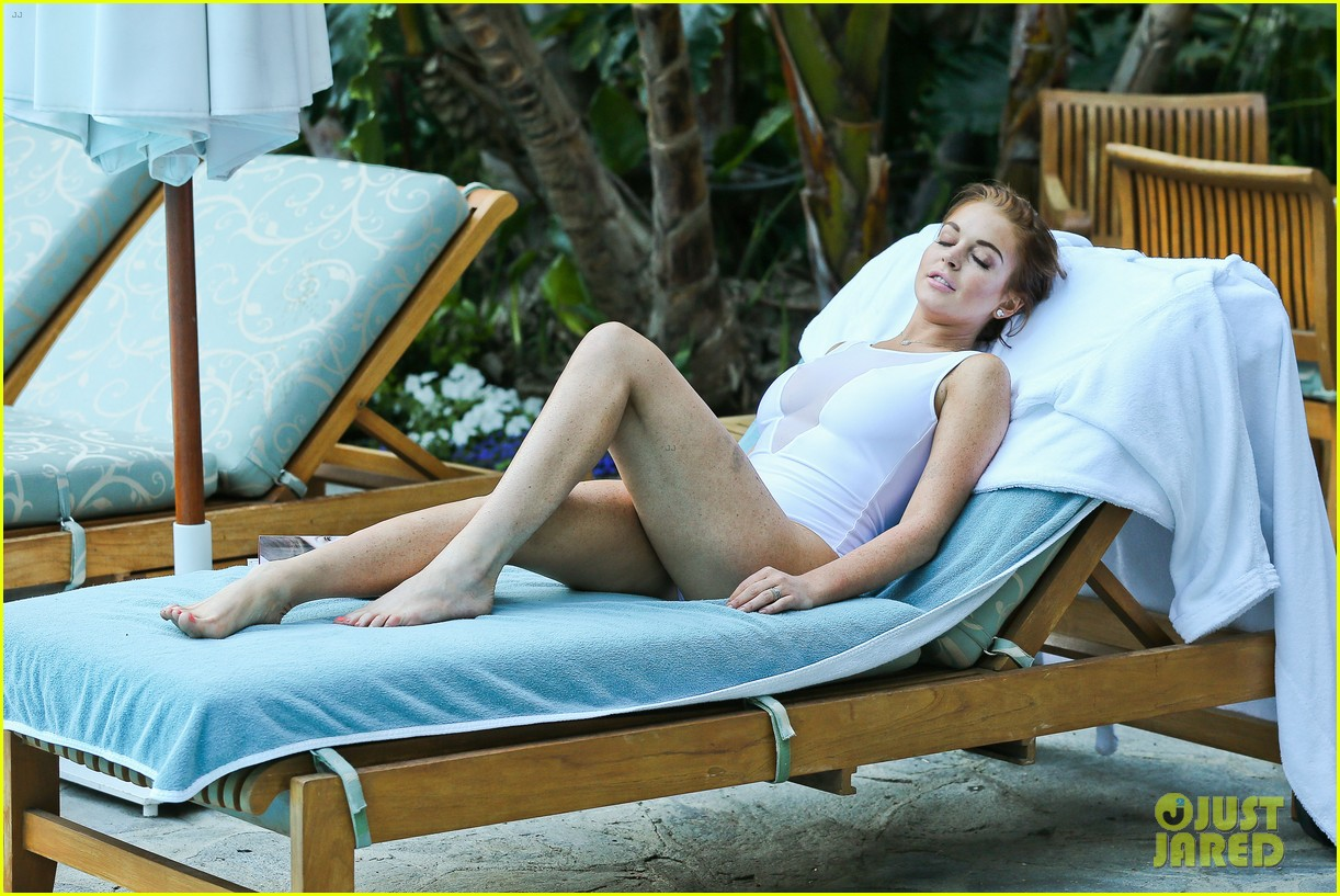 lindsay lohan poolside break in hollywood 132697850