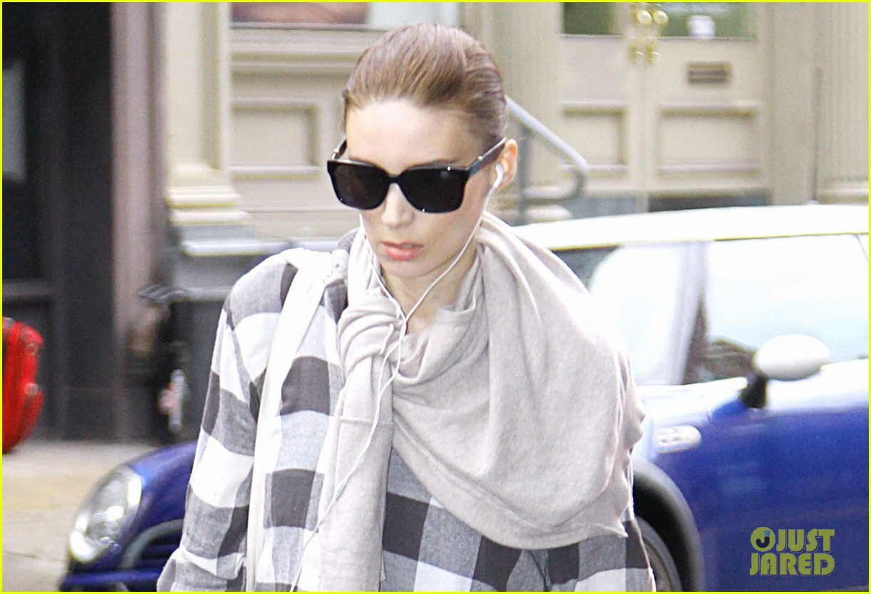 rooney mara avoids rainstorms 02