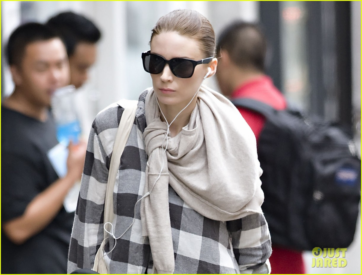 rooney mara avoids rainstorms 042695333