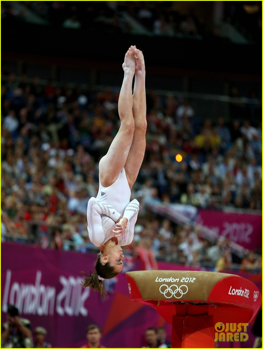 mckayla maroney falls during vault finals wins silver medal 012697510