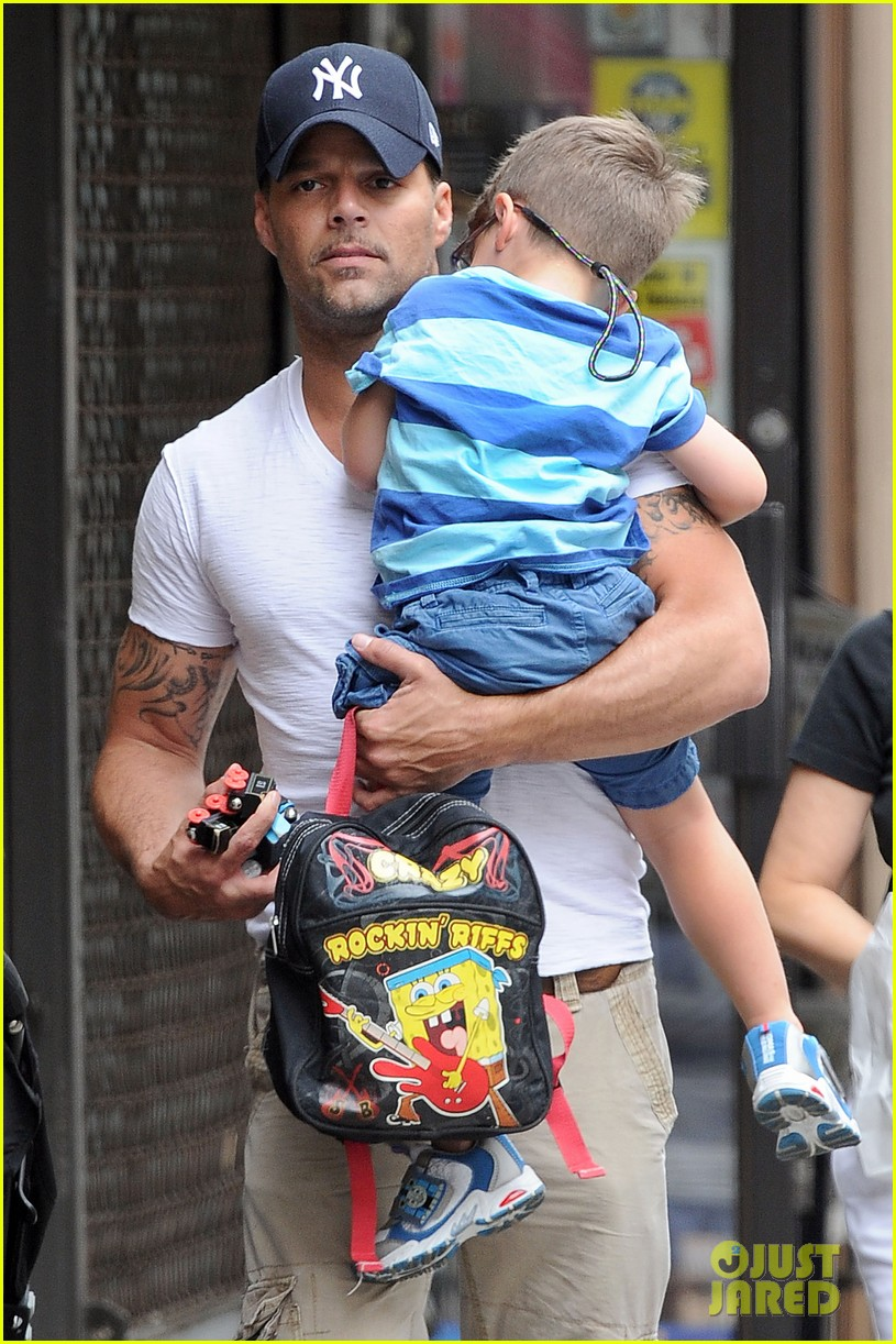 ricky martin pizza stop with grandpa and the twins 022705288