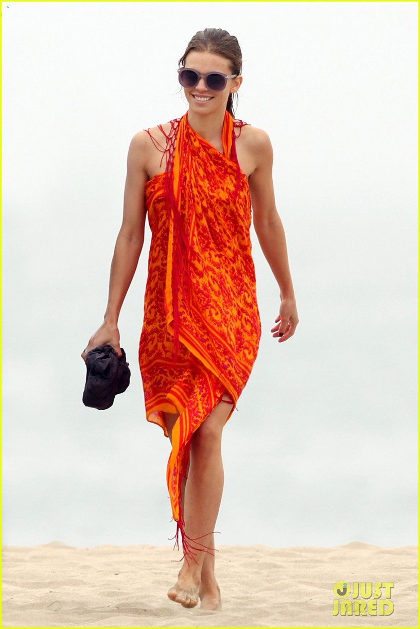 annalynne mccord sunset stroll with dominic purcell 012709742