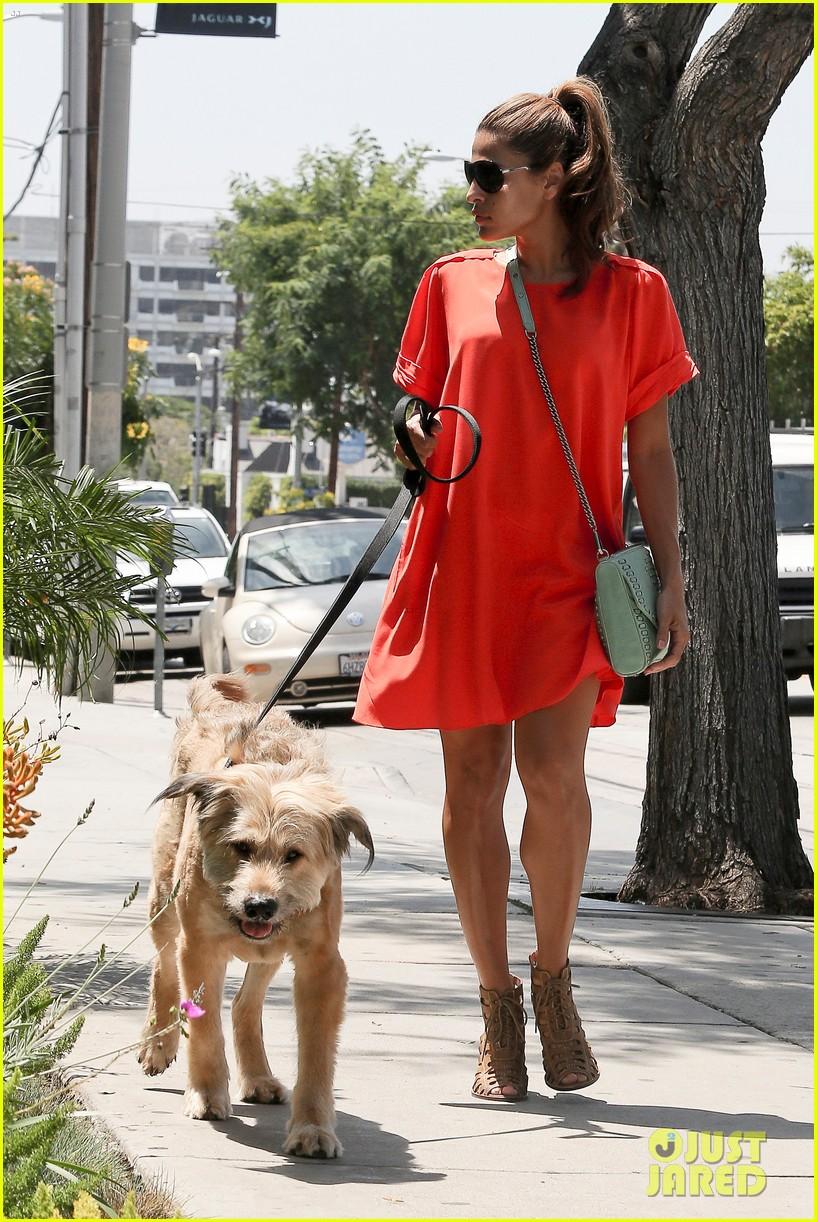 eva mendes beverly hills dog walker 01