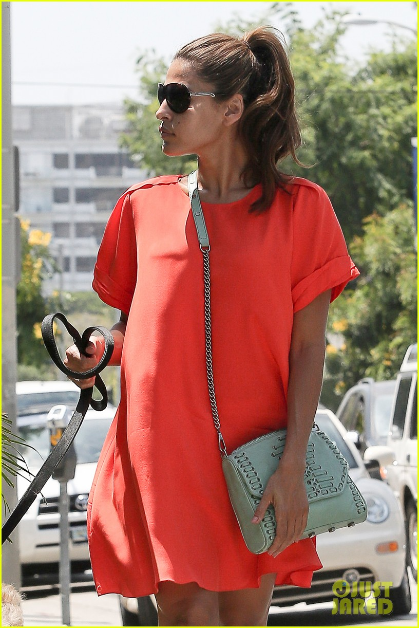 eva mendes beverly hills dog walker 02