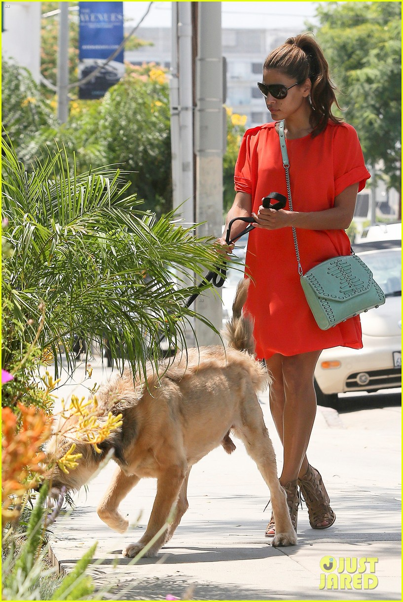 eva mendes beverly hills dog walker 05