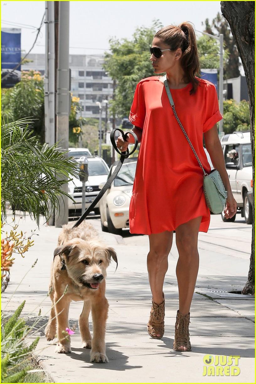 eva mendes beverly hills dog walker 132696068