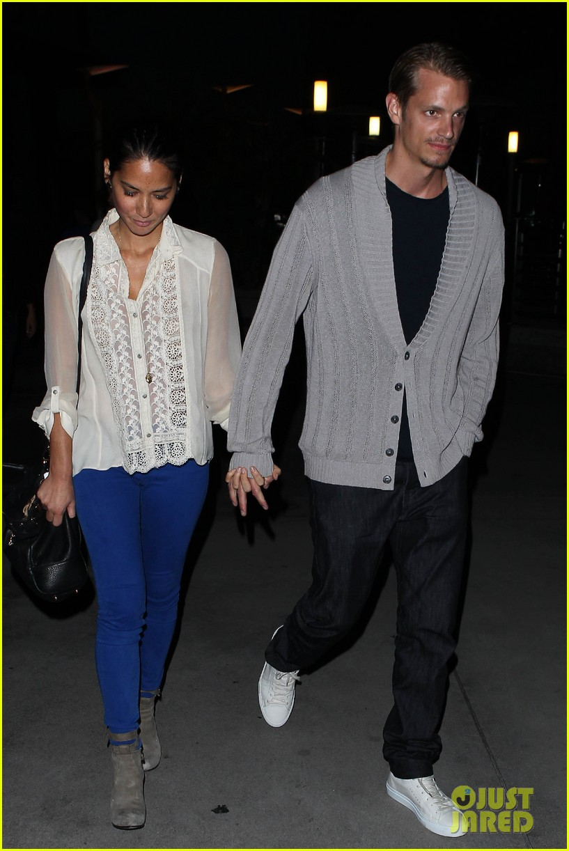 olivia munn joel kinnaman movie theater couple 012707767