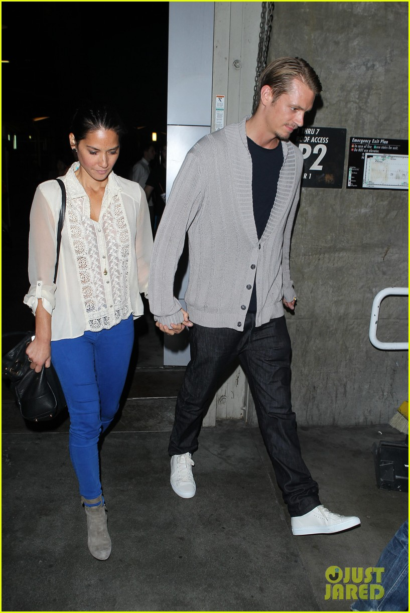 olivia munn joel kinnaman movie theater couple 082707774