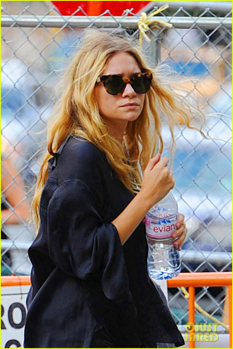 ashley olsen and sisters love bar pitti 042709754