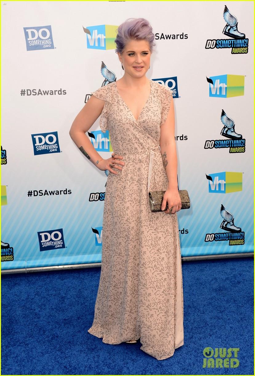 kelly osbourne maria menounos do something awards 2012 blue carpet 01