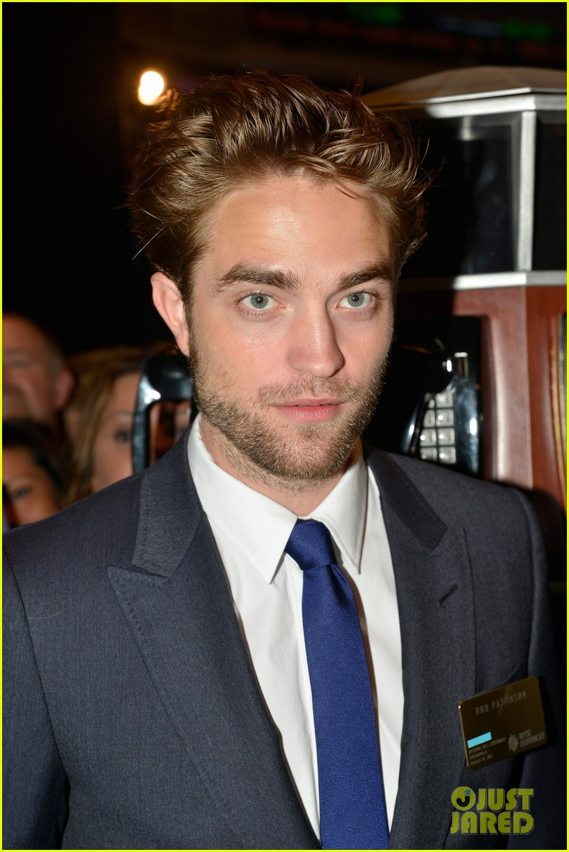 robert pattinson rings bell at new york stock exchange 02