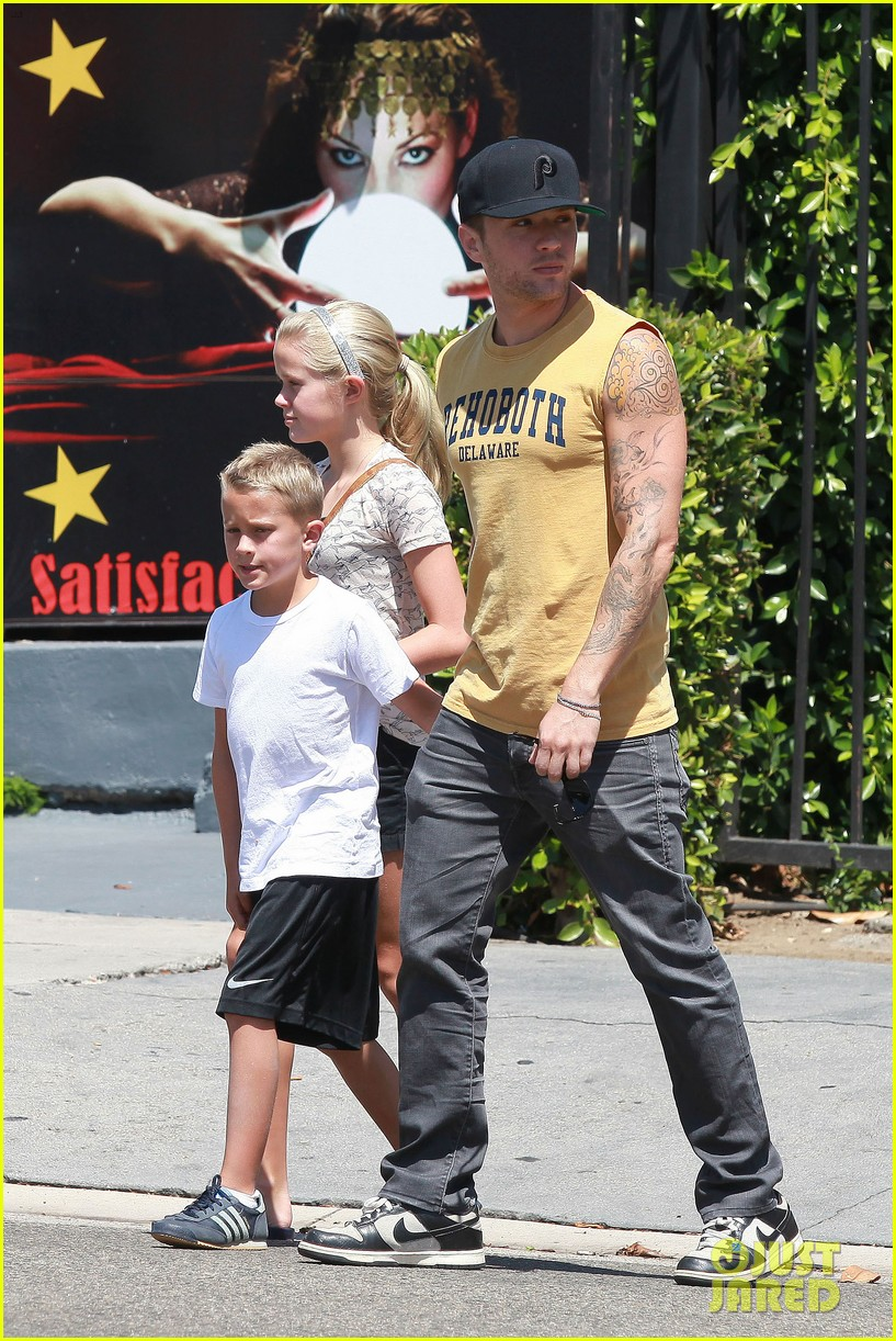 ryan phillippe roscoes chicken with ava deacon 012699360
