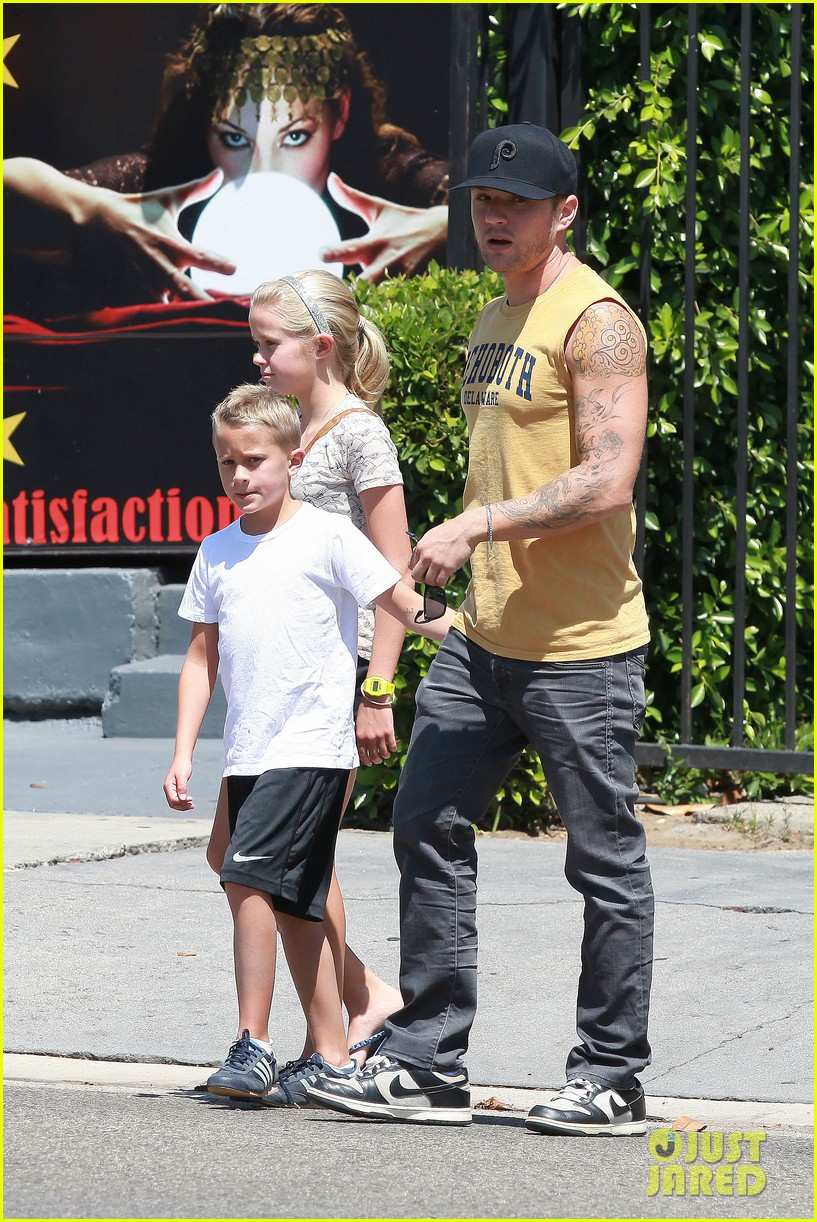 ryan phillippe roscoes chicken with ava deacon 03