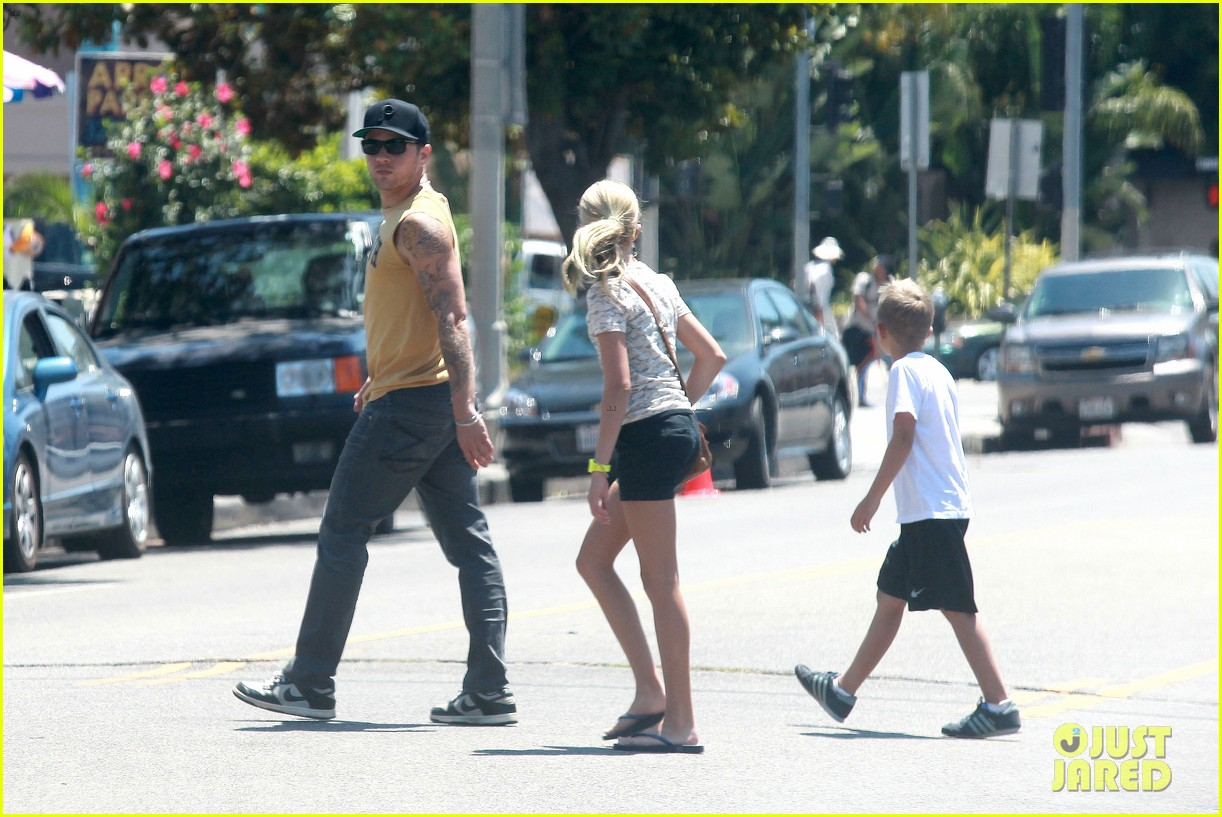 ryan phillippe roscoes chicken with ava deacon 112699370