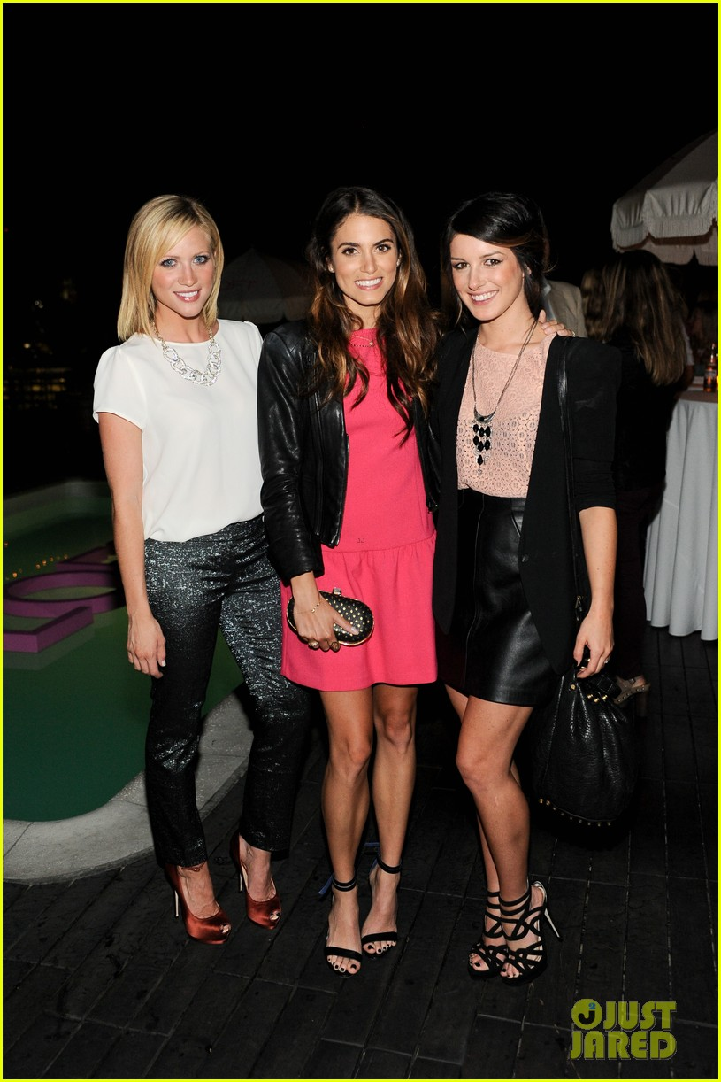 nikki reed shenae grimes pink ladies fight breast cancer 02