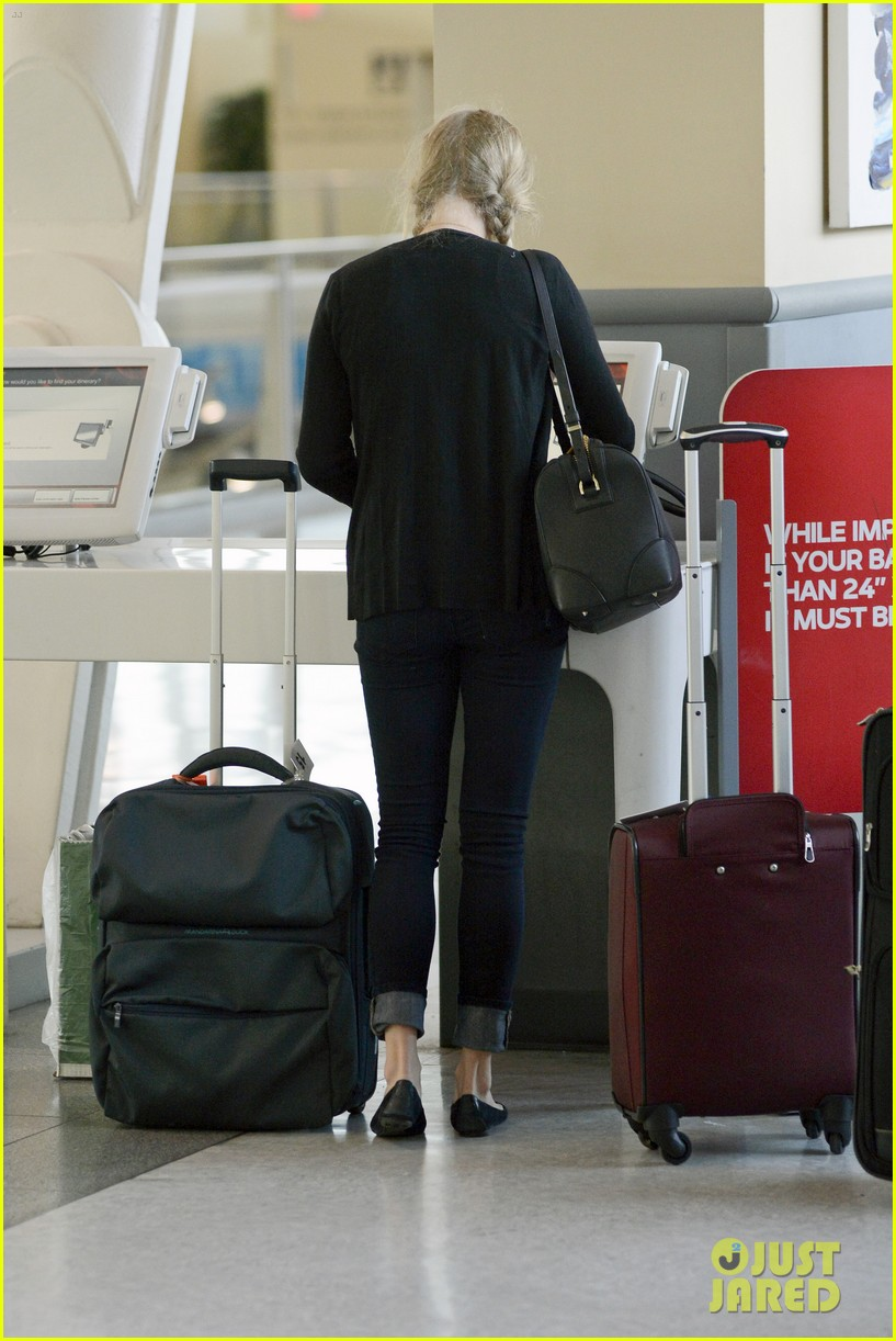 amanda seyfried catches flight 082703735