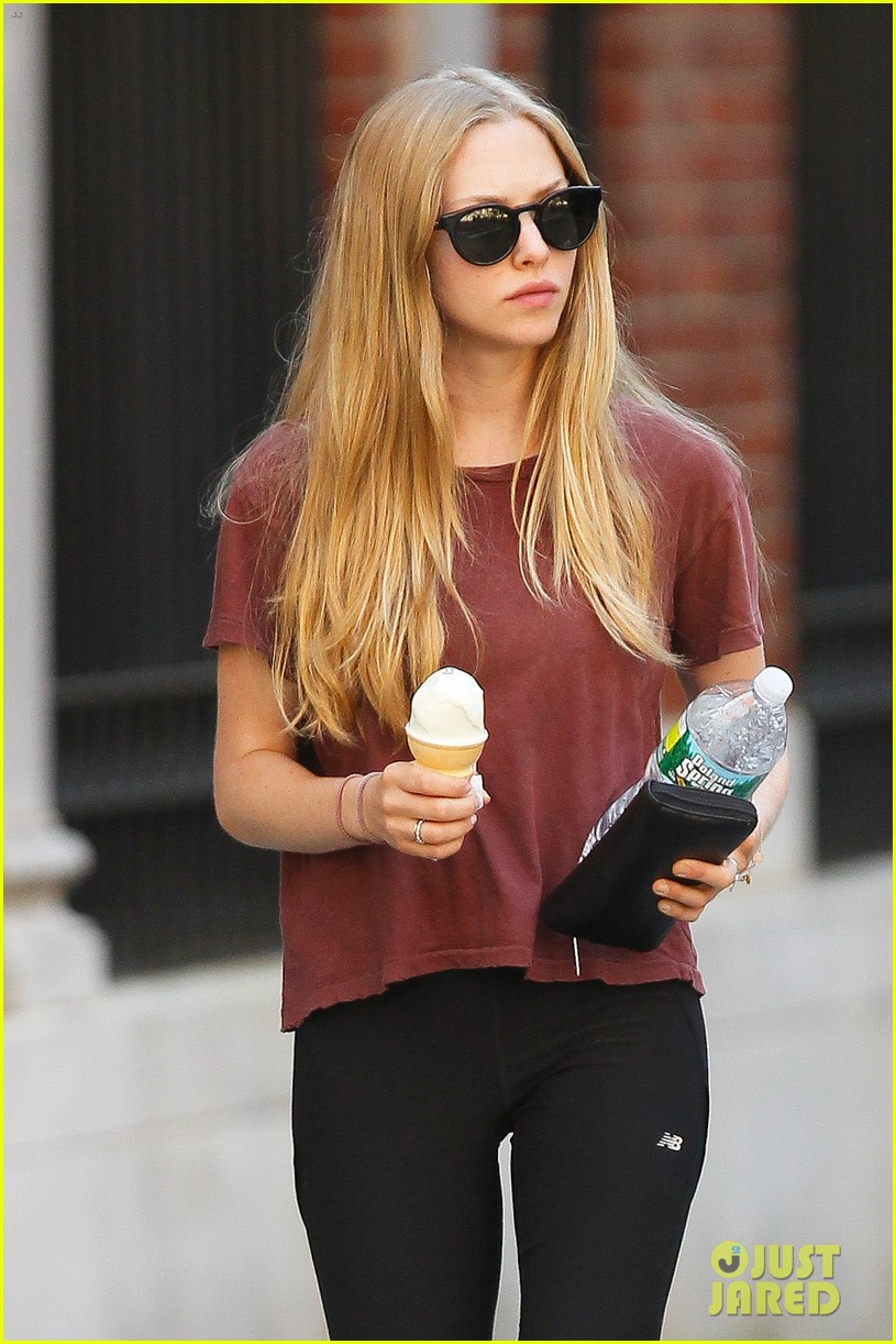 amanda seyfried us open ice cream cone 04