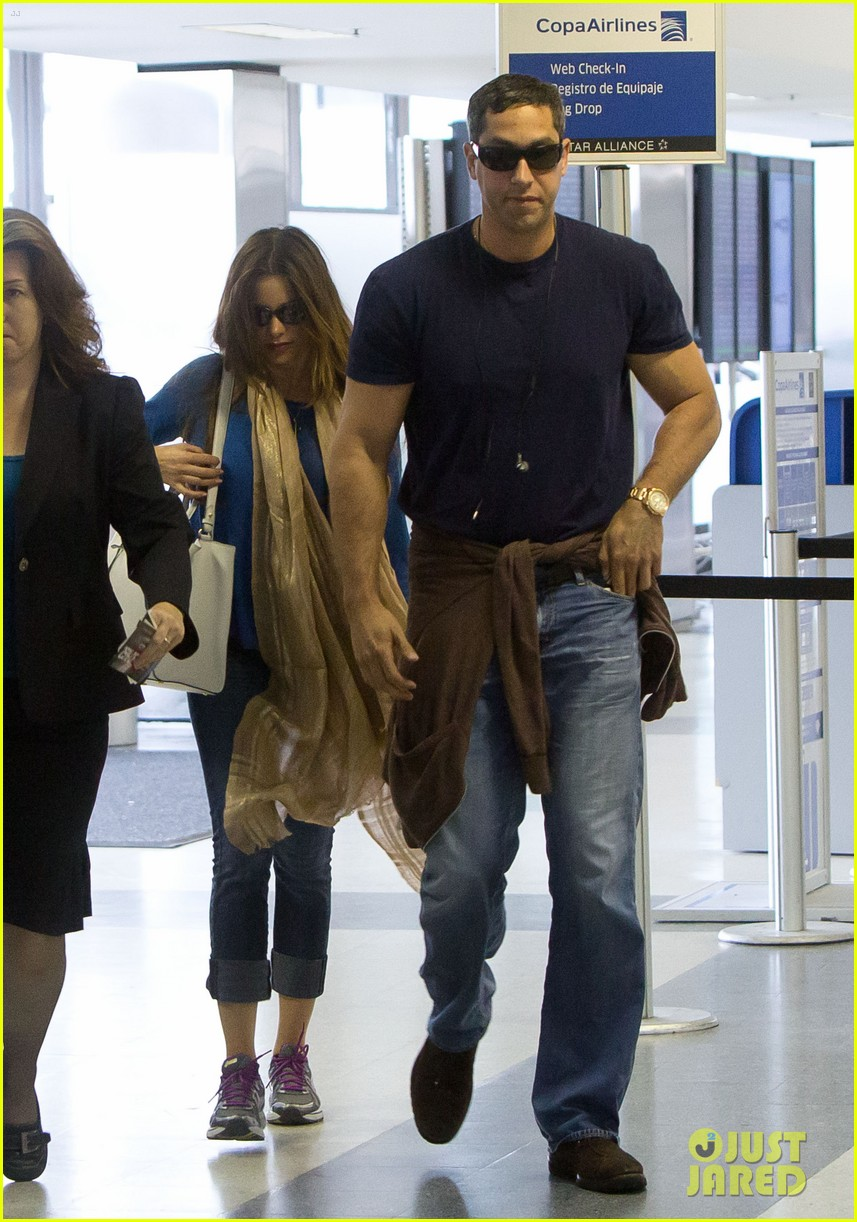 sofia vergara arrives airport 03