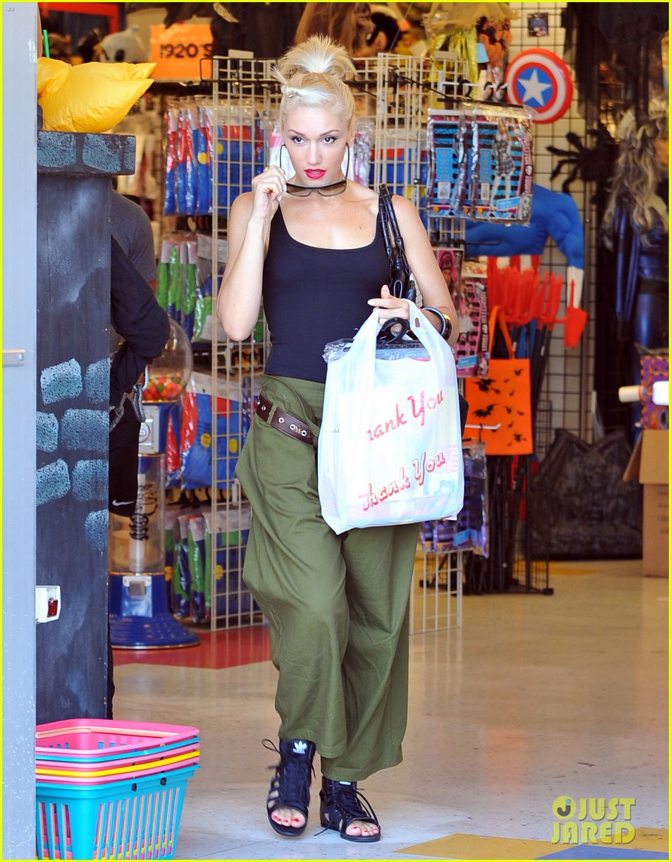 gwen stefani halloween shopping with kingston zuma 022709361