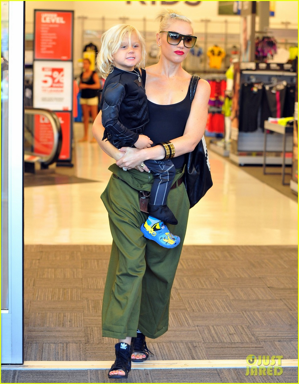gwen stefani halloween shopping with kingston zuma 04