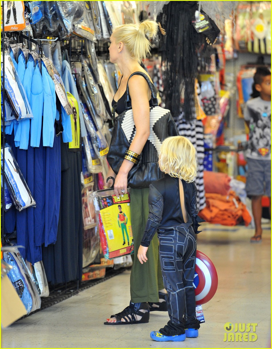 gwen stefani halloween shopping with kingston zuma 09