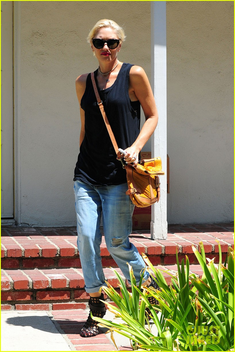 gwen stefani visiting friend 112699920