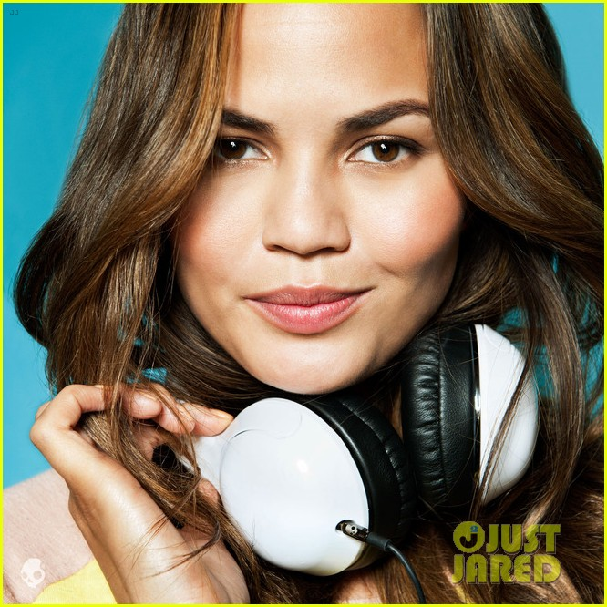 kate upton chrissy teigen bikini babes for skullcandy 19