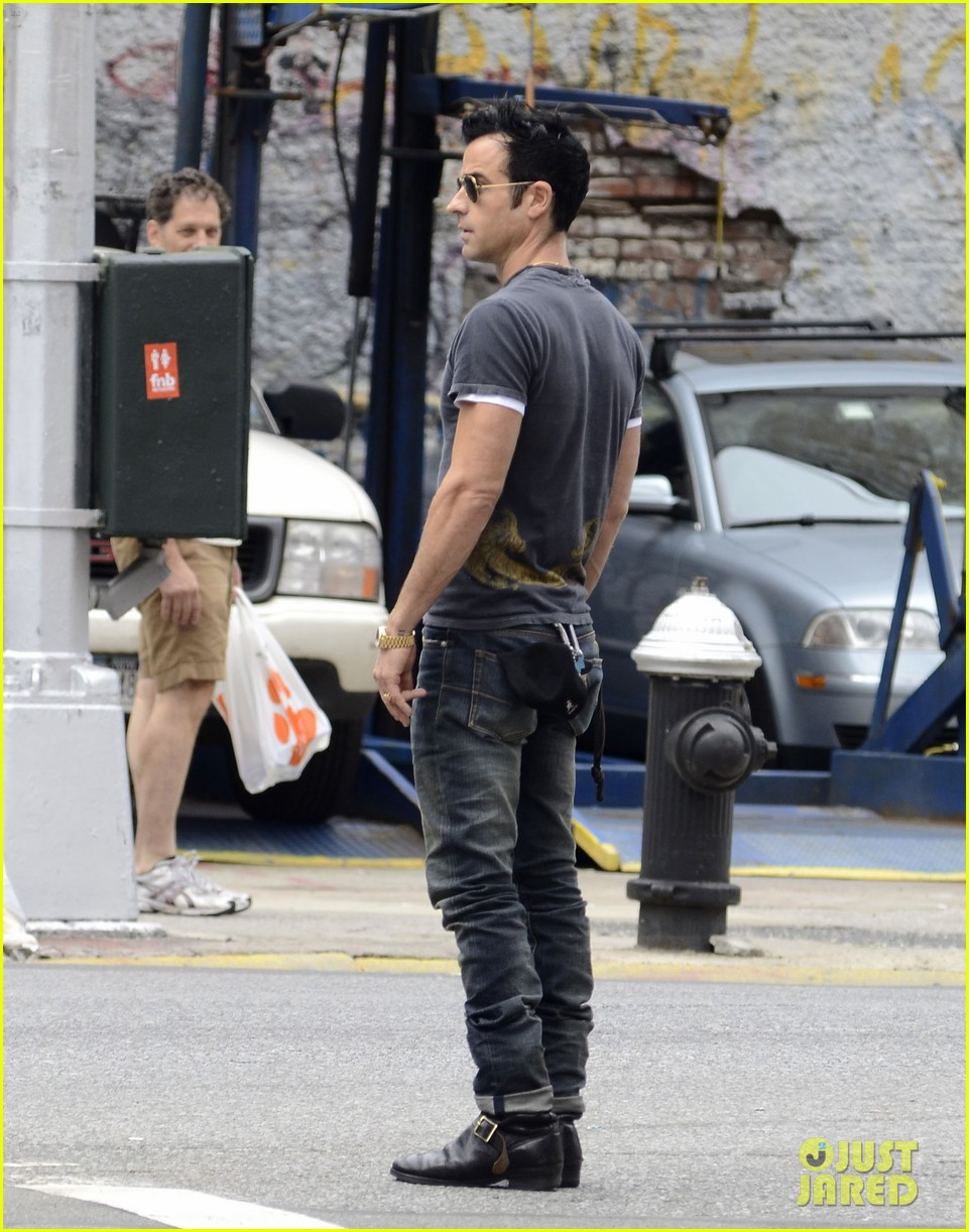 justin theroux steps out post engagement 042704877