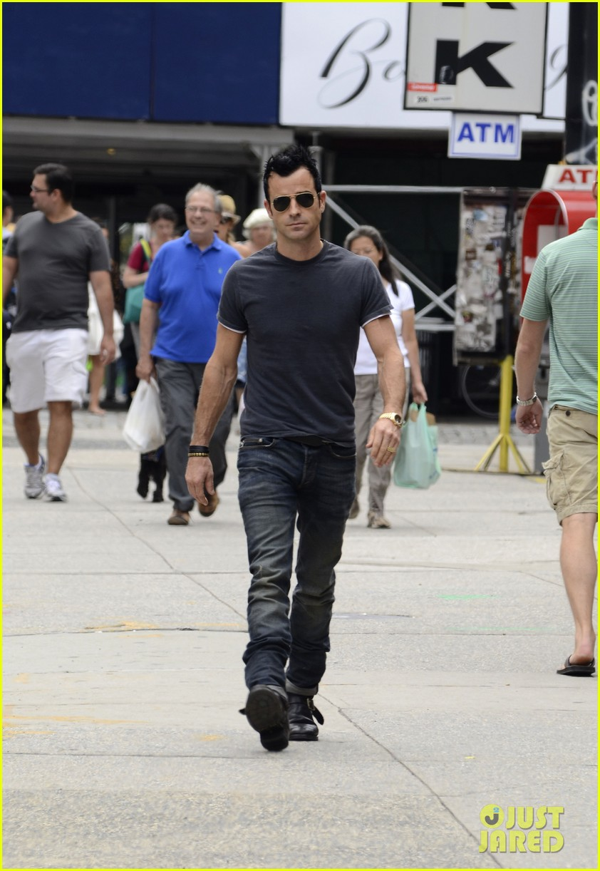 justin theroux steps out post engagement 092704882