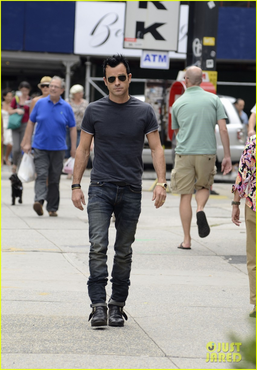 justin theroux steps out post engagement 142704887