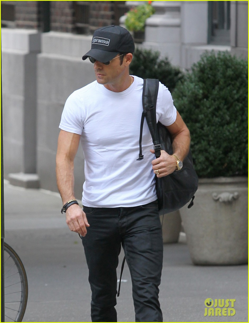 justin theroux reigns supreme in washington square park 04
