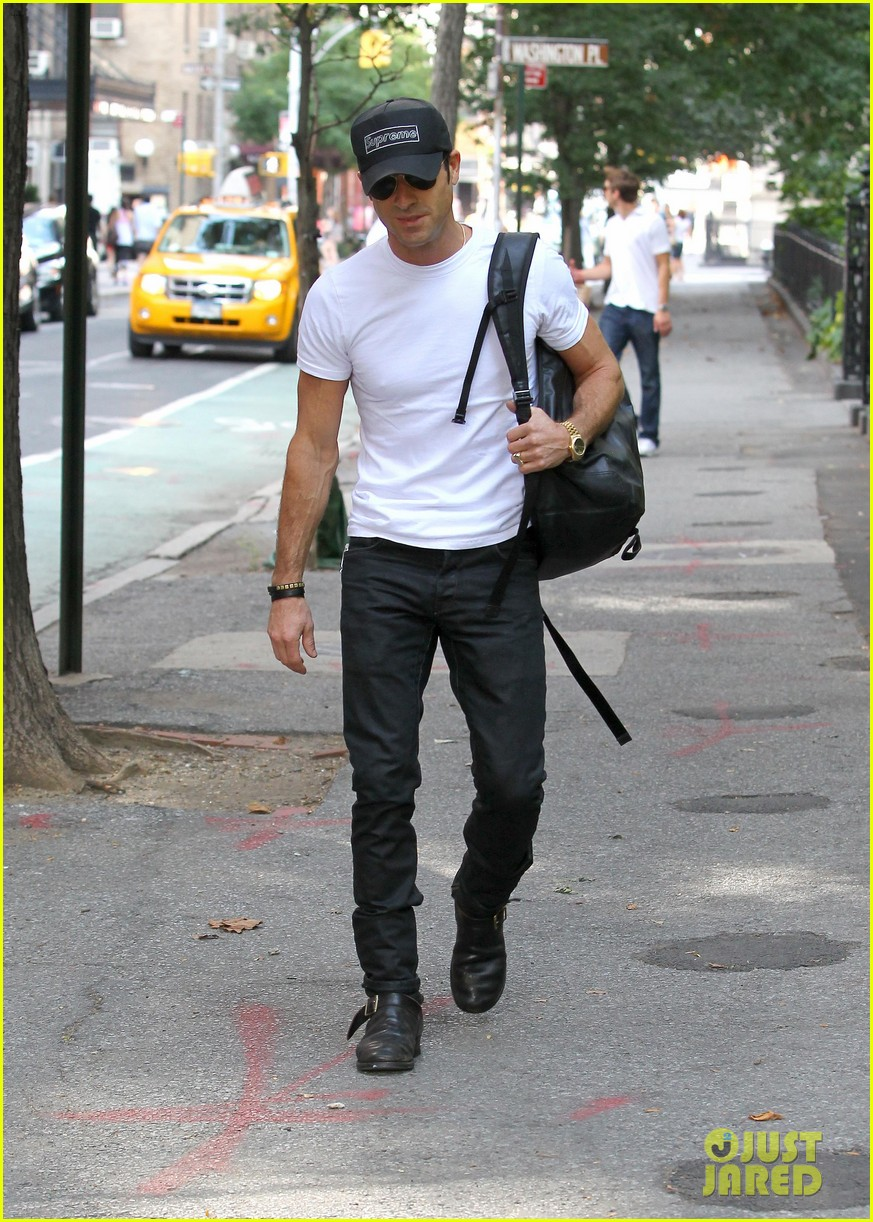 justin theroux reigns supreme in washington square park 13