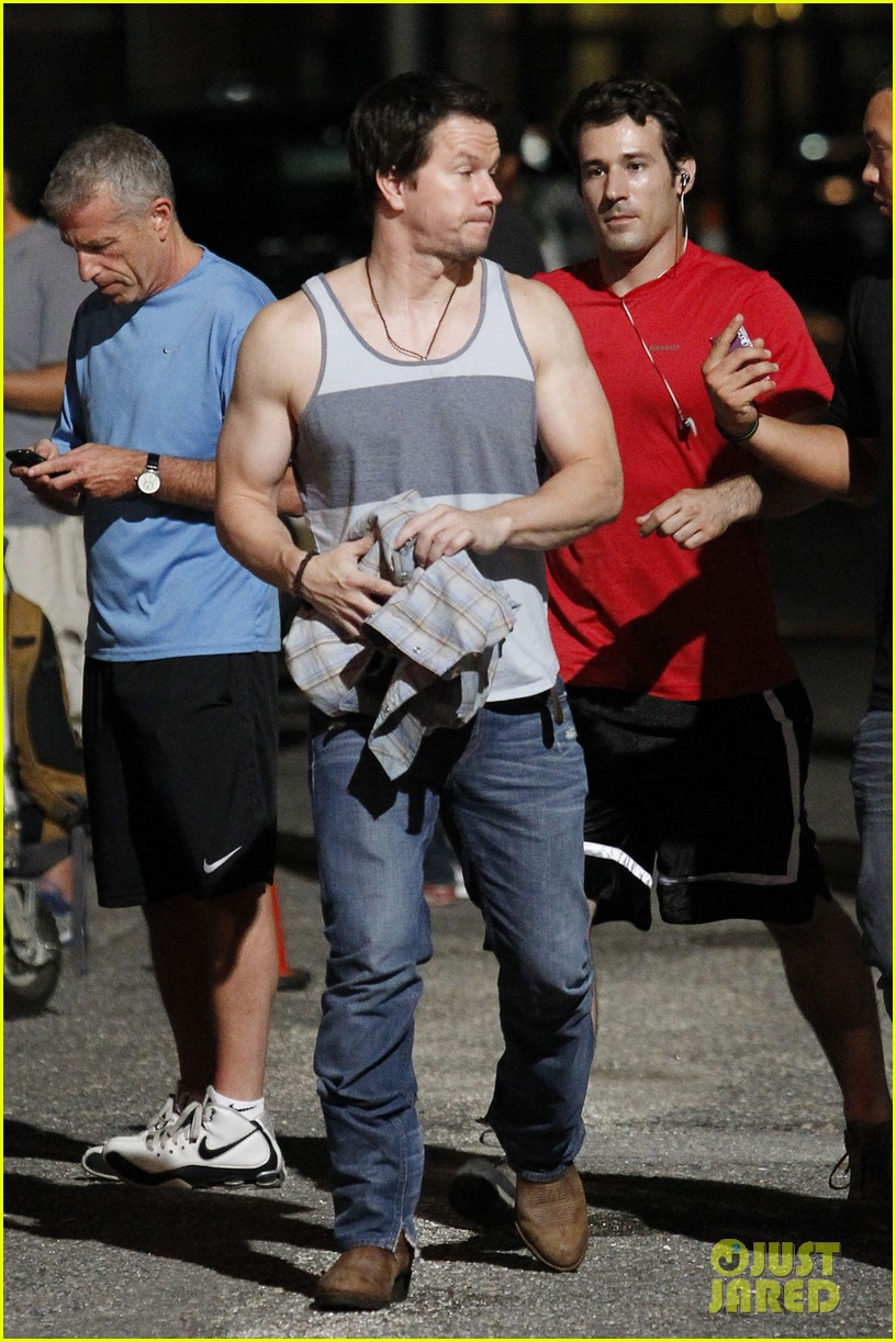 mark wahlberg bares his guns on 2 guns set 012699440