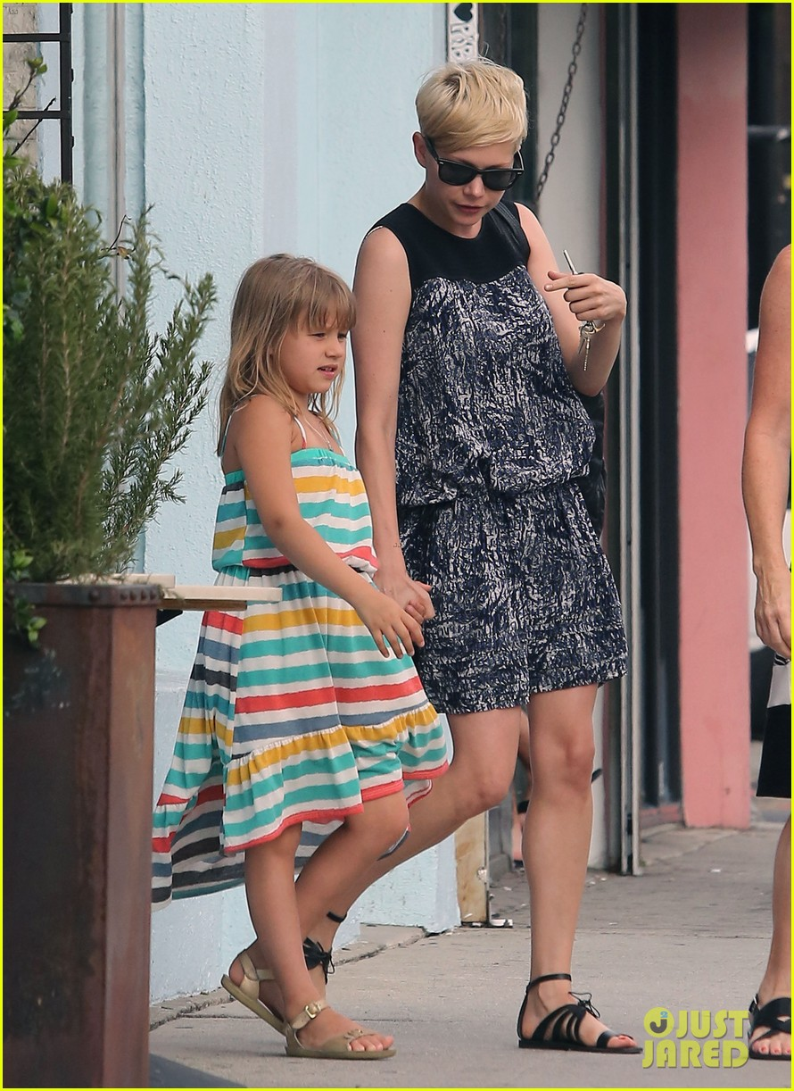 michelle williams glasses shopping with matilda 05