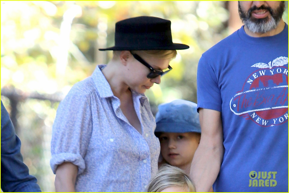michelle williams playdate with matilda 04