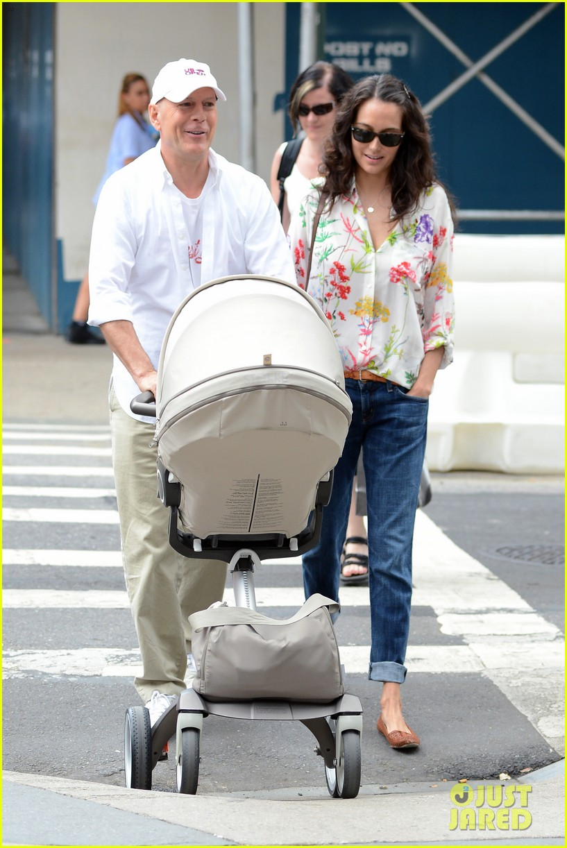 bruce willis emma heming shopping with baby mabel 22