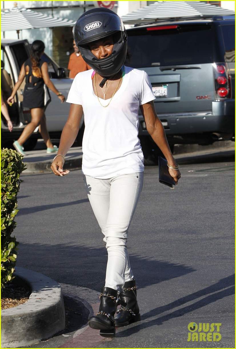 willow smith starbucks run 052701834