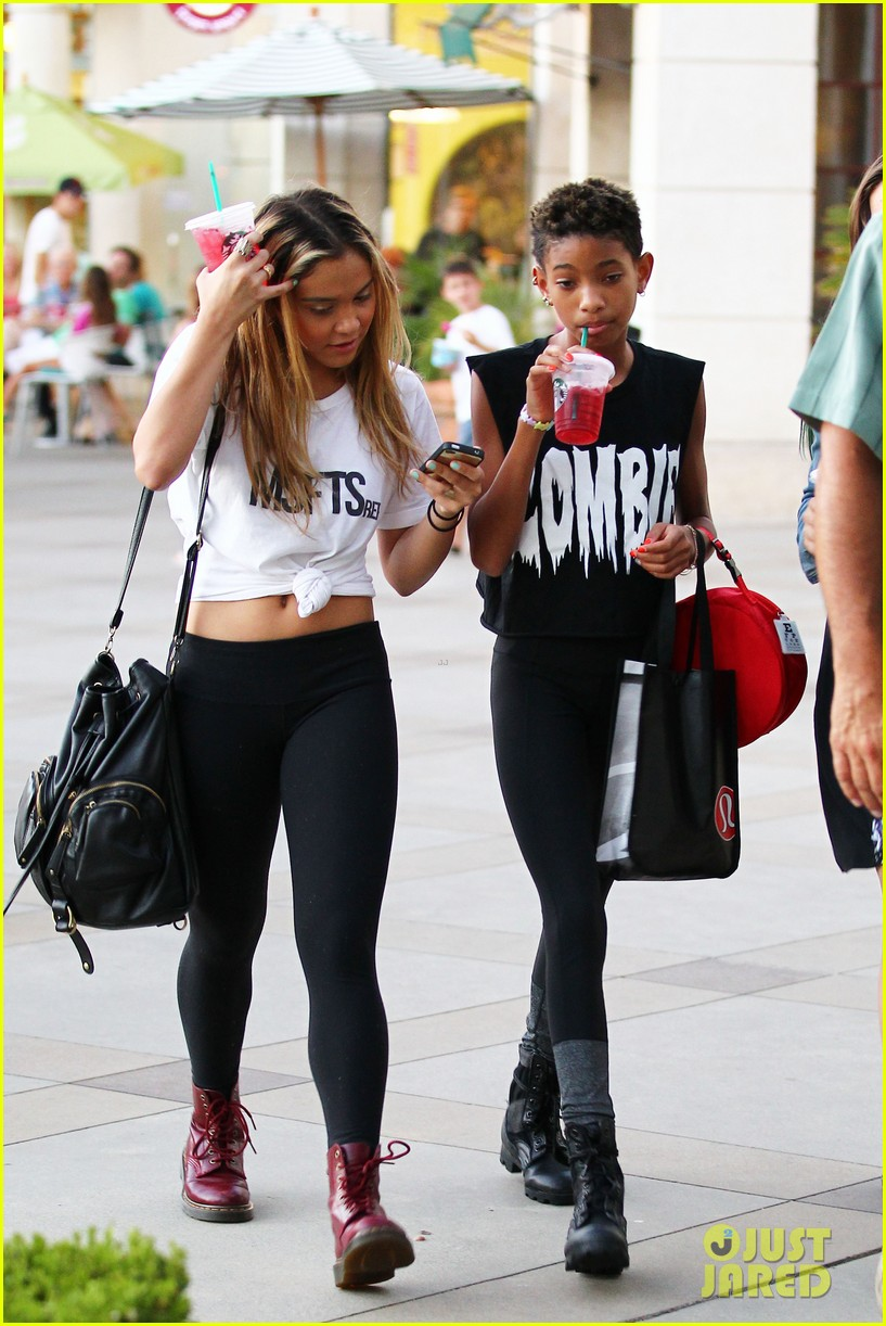 willow smith starbucks run 16